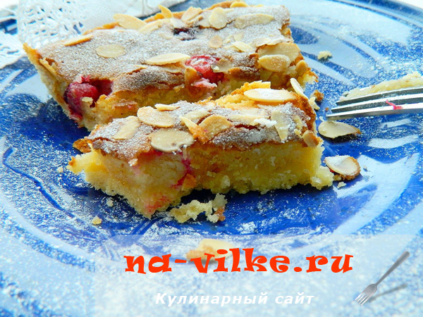 Пирог с марципановой начинкой и клюквой