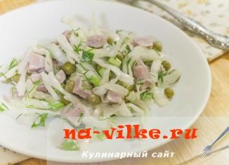 Салат капустный с ветчиной и зеленым горошком