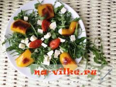 Салат из овощей-гриль с сыром и рукколой