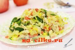 Салат из курицы с тушеными овощами