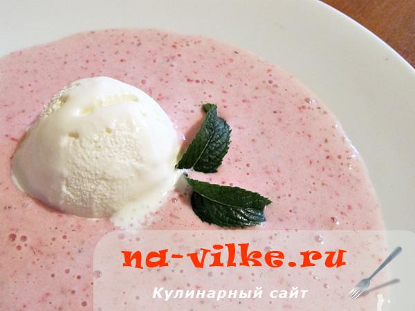 Мятно–клубничный суп с мороженым