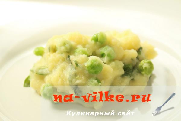 Картофельное пюре с зелёным горошком