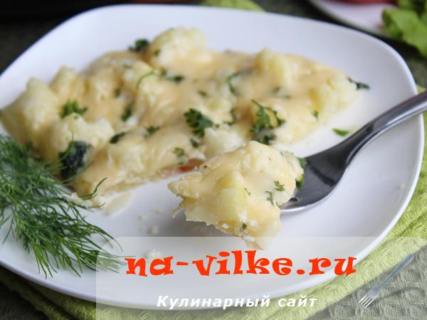 Цветная капуста в сметано-яичной заливке с сыром