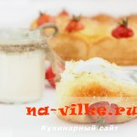 Пирог из дрожжевого теста на сметане с помидорами