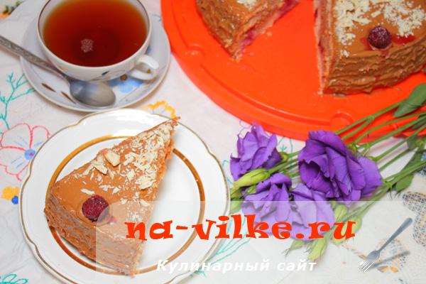 Бисквитный торт с вишней и вареной сгущенкой