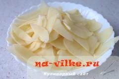 Нарезать картофель для чипсов очень тонко