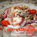 Необычный средиземноморский салат с домашним майонезом, мидиями и яйцом