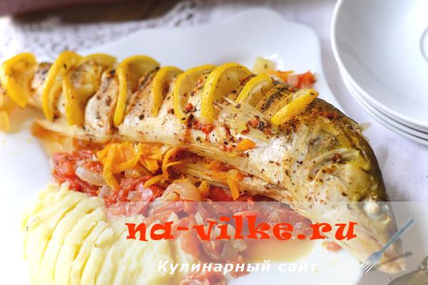 Фаршированный судак в томатном маринаде, запеченный в духовке