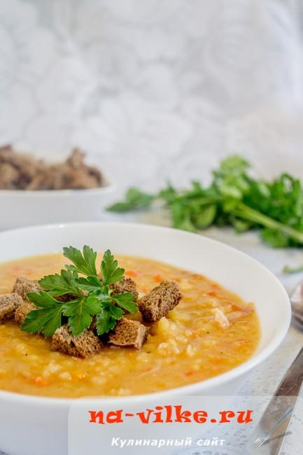 Гороховый суп с копченой курицей и сухариками