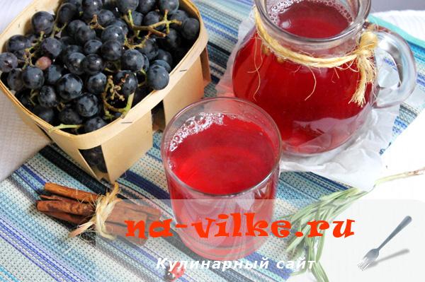 Компот из черного винограда с розмарином