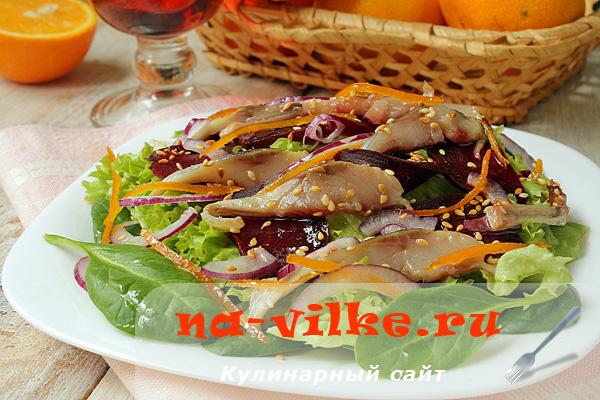 Салат из селедки, свеклы и свежей зелени