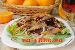 Экзотический салат с сельдью, свеклой и красным луком