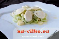 Салат с моцареллой, яблоком и луком-пореем