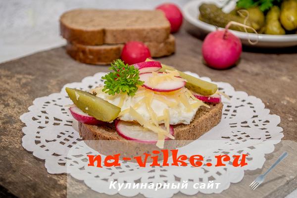 Красивые праздничные бутерброды с сыром и яйцом на скорую руку