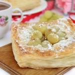 Мини-пироги из слоеного теста с виноградом и миндальным кремом