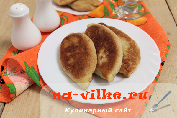 Жареные пирожки с красной рыбой и рисом