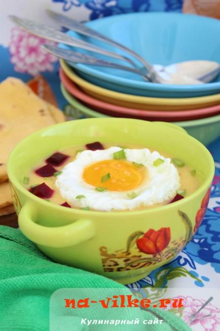 Картофельный суп-пюре со свеклой и глазуньей