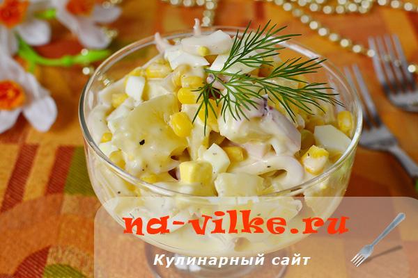 Рецепт легкого салата из ананасов и кальмаров