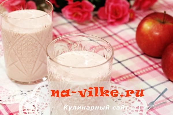Приготовление клубнично-молочного смузи в блендере