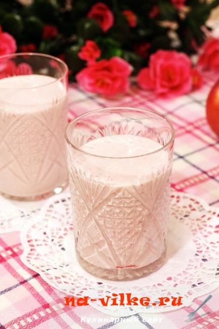 Клубничный смузи с творогом и молоком