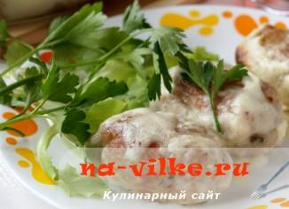 Сочные свиные котлеты под французским соусом в духовке