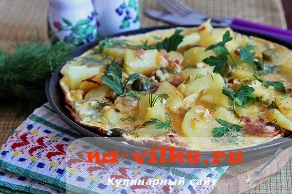 Картофель с беконом и огурцами в омлете на сметане