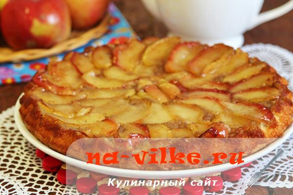 Шарлотка с карамельными яблоками