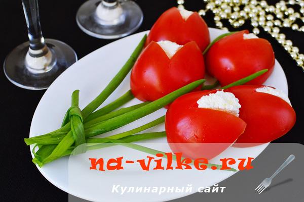 Оригинальная закуска из творога, помидоров, чеснока и зелени
