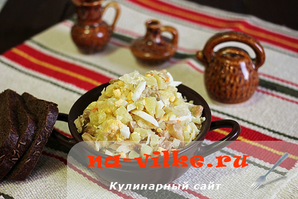 Деревенский салат с квашеной капустой и солёными грибами