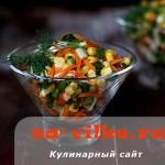 Пикантный салат из копченой курицы с кукурузой и огурцами