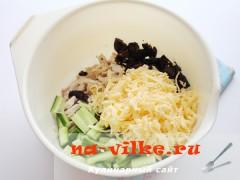 salat-s-kuricey-chernoslivom-3
