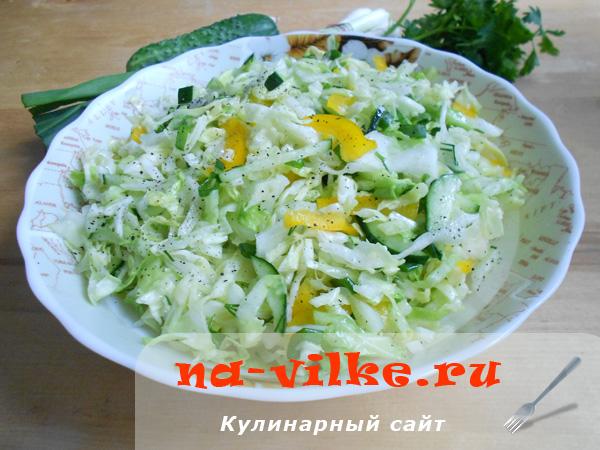Овощной салат с капустой, перцем, огурцами и луком