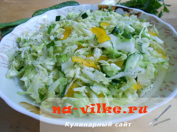 Салат из молодой белокочанной капусты и болгарского перца