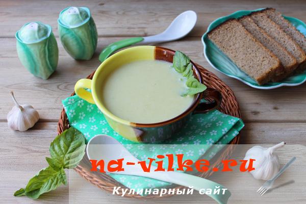 Суп-пюре из кабачков со сливками и запеченным чесноком
