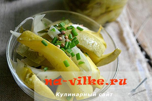 Закусочный салат из кабачков с луком
