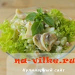 Быстрый салат с маринованными шампиньонами, огурцами и яйцом