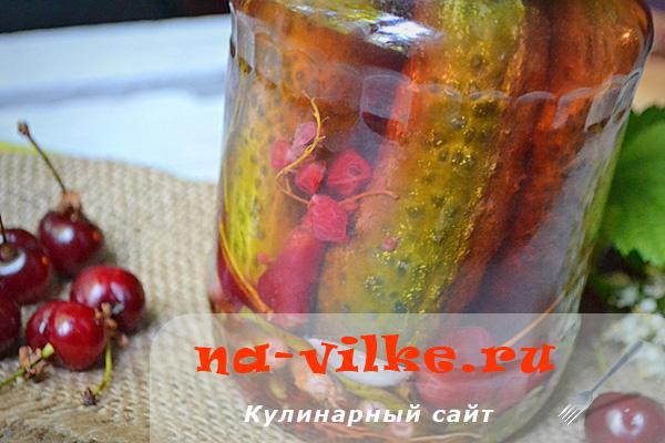 Маринованные огурцы с вишней и смородиной на зиму