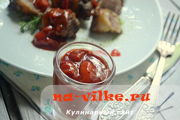 Рулетики из индюшиной печёнки в подчерёвке с клубнично-апельсиновым соусом