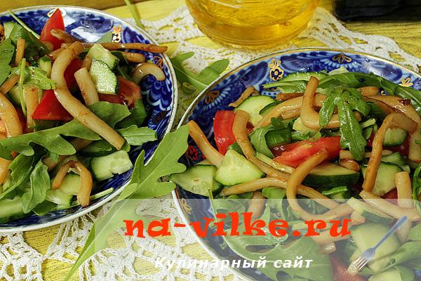Салат из обжаренных кальмаров и свежих овощей