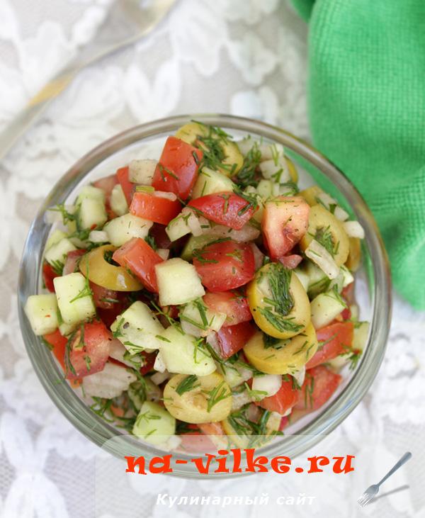 Салат из свежих помидоров, огурцов, репчатого лука, зелени и оливок