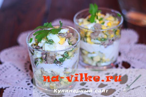Праздничный салат в стакане из грибов, кукурузы и языка