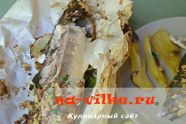 Запеченная радужная форель в пергаменте с лимоном и орехами