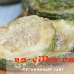 Кабачки, жареные в муке на сковороде с чесночной подливкой