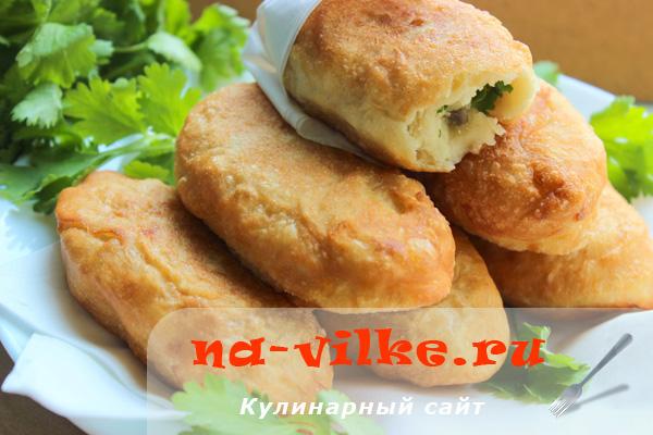 Дрожжевые жареные пирожки с луком, шампиньонами и картошкой