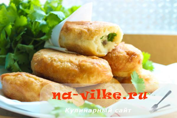 Жареные пирожки с картошкой, шампиньонами и кинзой