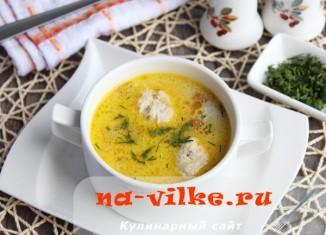 Суп из свежих лисичек с мясными фрикадельками и сыром