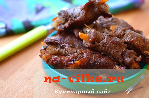 Свиные крученики с морковью и салом по-украински