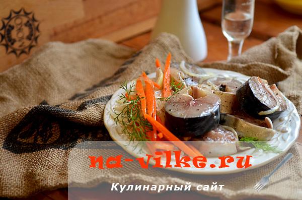 Маринованная кусочками скумбрия с морковью и луком