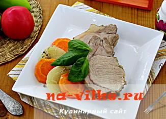 Запечённая свинина с луком и морковью в духовке