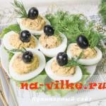 Фаршированные яйца со шпротами, оливками и зеленью.